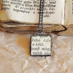 cinovany nahrdelnik vintage styl pismo