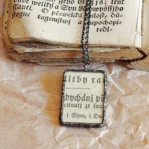 cinovany nahrdelnik s vintage pismem