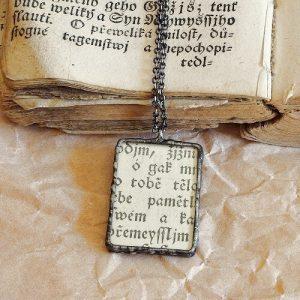 cinovany nahrdelnik vintage text