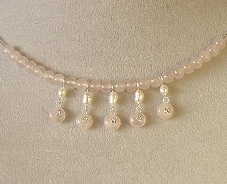 náhrdelník s perlami a růženínem