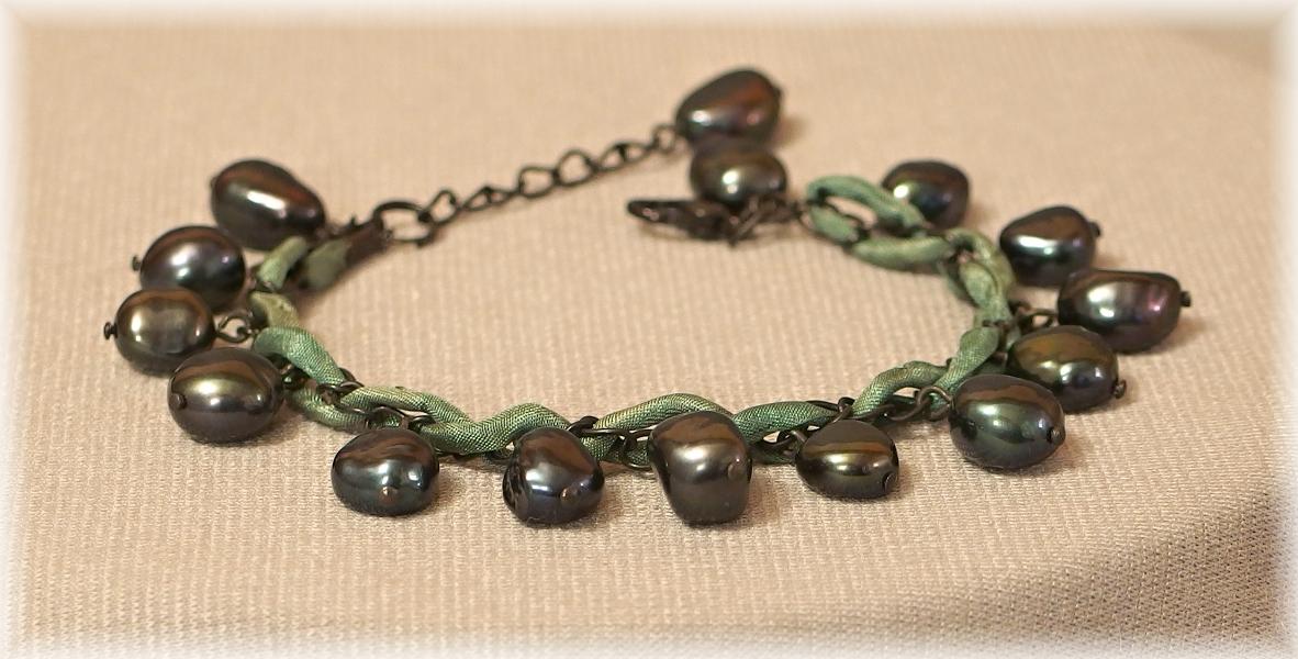 naramek z cernych perel a hedvabi