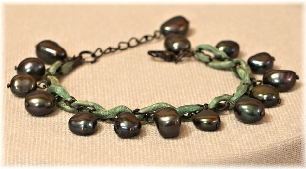 naramek z cernych perel se zelenym hedvabim